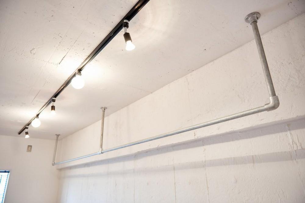 白い壁が印象的なヴィンテージマンション (Interior)