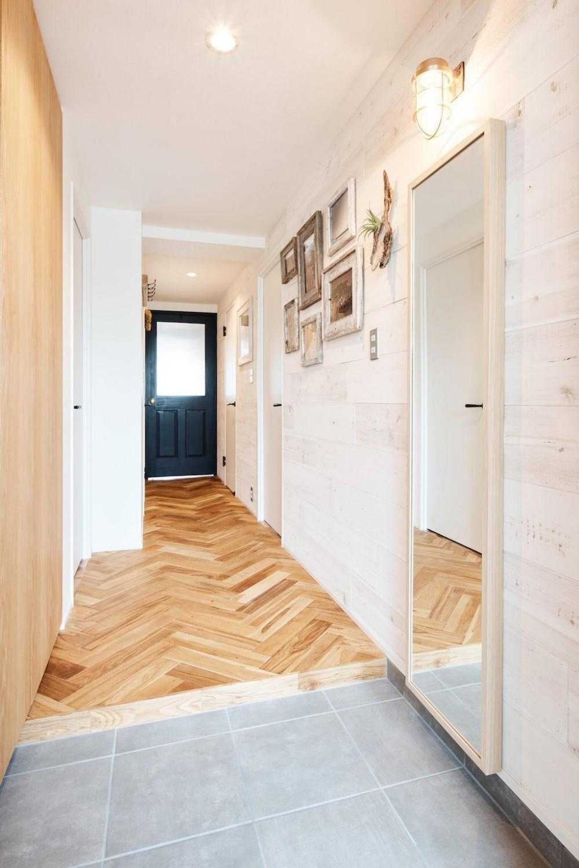 素材感が溢れるインダストリアルな空間 (Hallway)