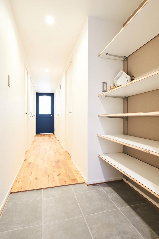 光と緑に包まれる上質な住まい (Hallway)