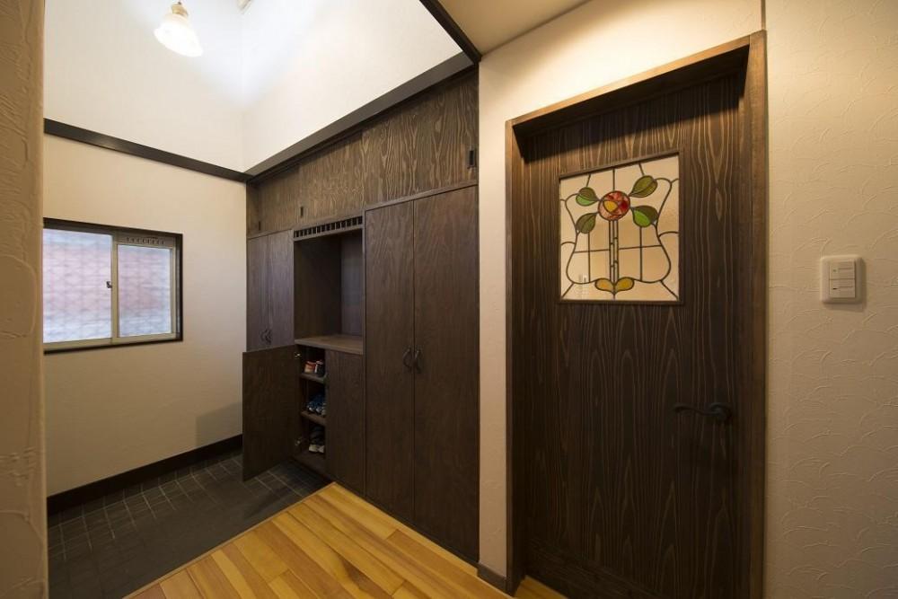 築27年のフルリノベーション (玄関収納とステンドグラス)