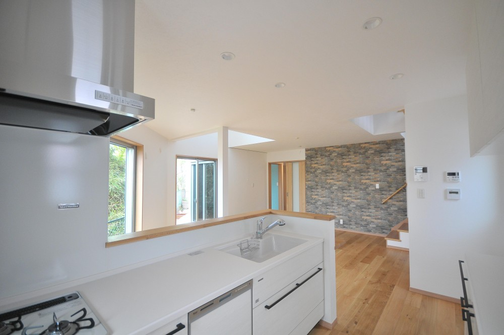 横浜の丘の上に建つ家 (キッチン)