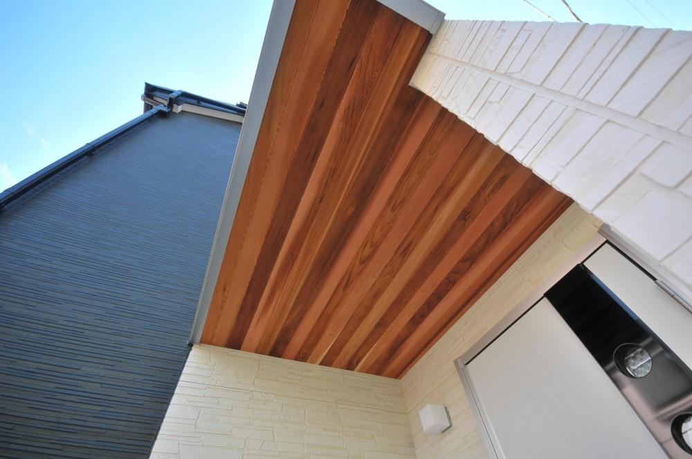横浜の丘の上に建つ家 (玄関ポーチ)
