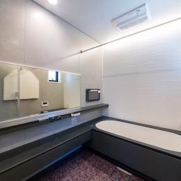 ビルトインガレージのある都市型住宅 (浴室)