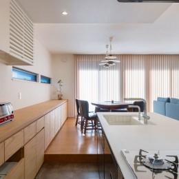 ビルトインガレージのある都市型住宅 (キッチン)