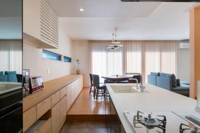 キッチン (ビルトインガレージのある都市型住宅)