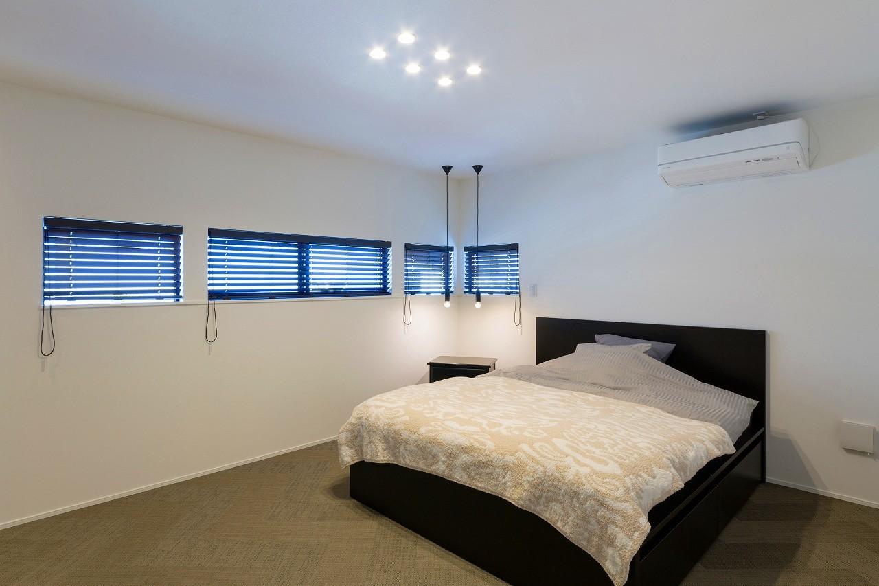 ベッドルーム事例:寝室(ビルトインガレージのある都市型住宅)