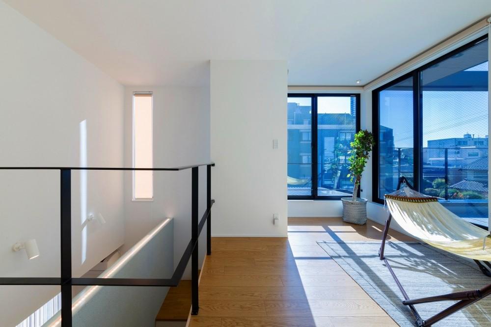 ビルトインガレージのある都市型住宅 (階段ホール)