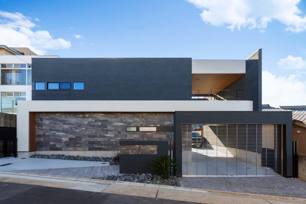 ビルトインガレージのある都市型住宅 (外観)