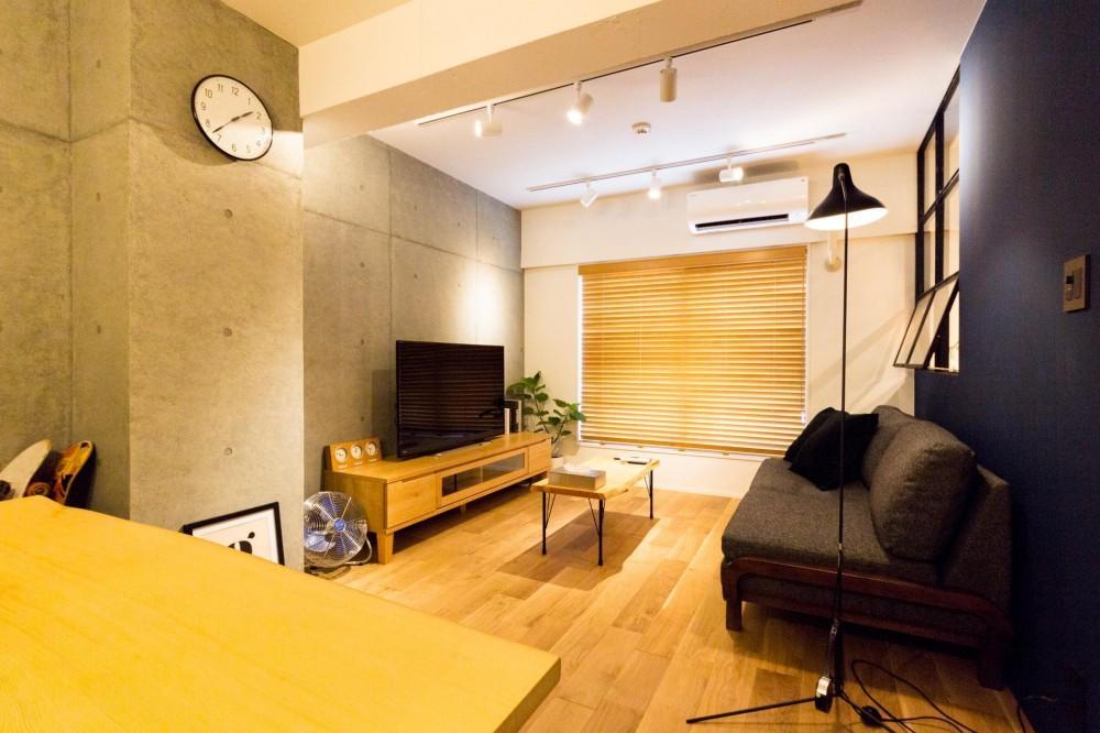 素材も空間も贅沢に使ったオトナ男子のヴィンテージ空間 (インパクトあるコンクリート壁)