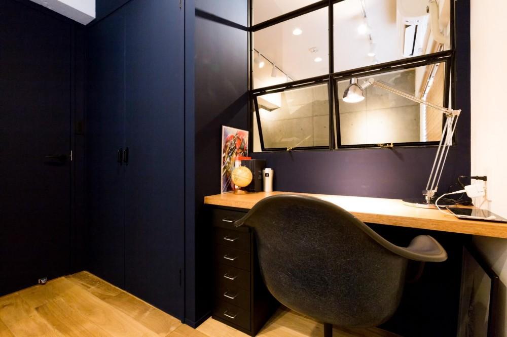 素材も空間も贅沢に使ったオトナ男子のヴィンテージ空間 (寝室とリビングを繋ぐ)