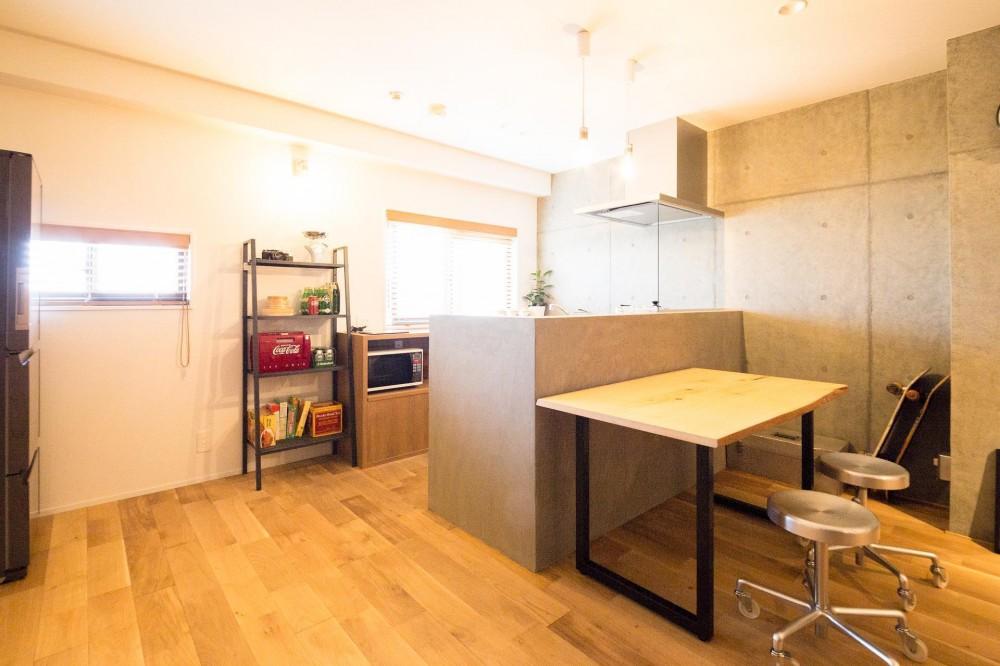 素材も空間も贅沢に使ったオトナ男子のヴィンテージ空間 (壁とテイストをあわせたキッチン)