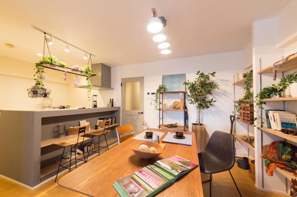 アースカラーが織りなす癒やしのカフェ空間 (こだわりのキッチンとダイニング)