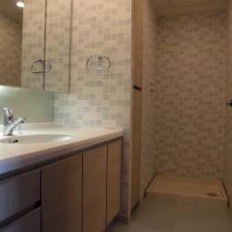 松とナラの木肌の美しさとやさしい風合いの空間での至福のひと時の写真 洗面室