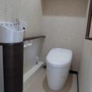 松とナラの木肌の美しさとやさしい風合いの空間での至福のひと時の写真 トイレ