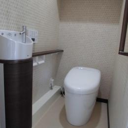 松とナラの木肌の美しさとやさしい風合いの空間での至福のひと時 (トイレ)