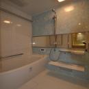 松とナラの木肌の美しさとやさしい風合いの空間での至福のひと時の写真 バスルーム