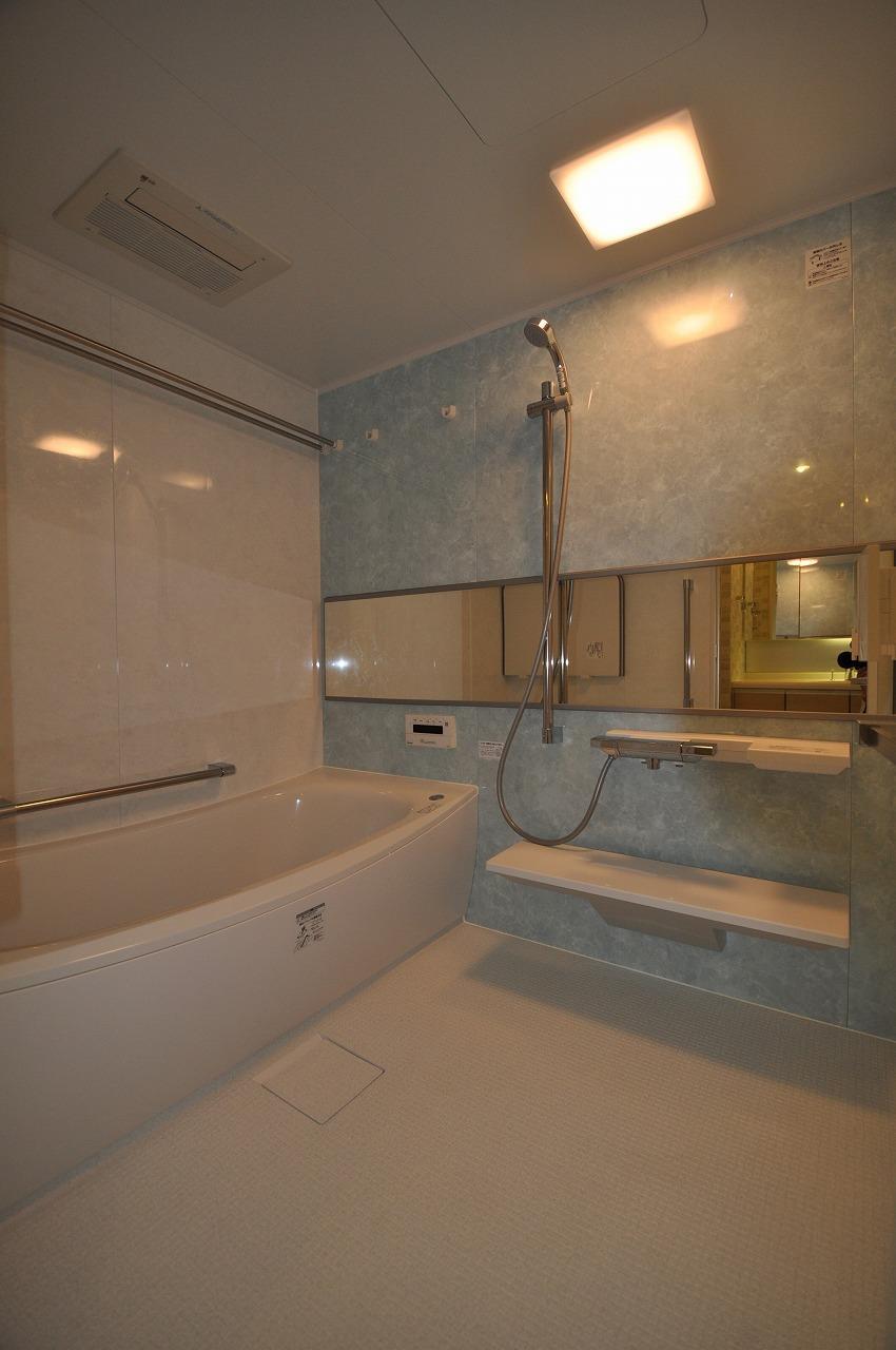バス/トイレ事例:バスルーム(松とナラの木肌の美しさとやさしい風合いの空間での至福のひと時)
