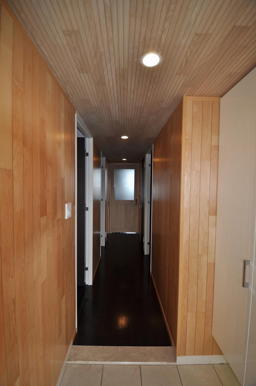 松とナラの木肌の美しさとやさしい風合いの空間での至福のひと時 (玄関・廊下)