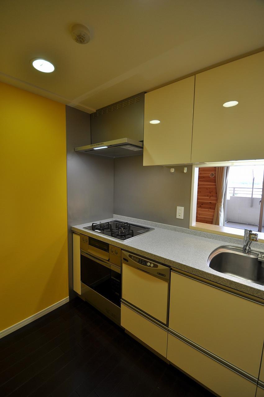 キッチン事例:キッチン(松とナラの木肌の美しさとやさしい風合いの空間での至福のひと時)