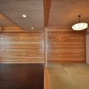松とナラの木肌の美しさとやさしい風合いの空間での至福のひと時の写真 リビングと隣接する和室