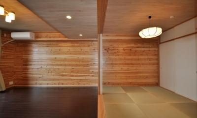 リビングと隣接する和室|松とナラの木肌の美しさとやさしい風合いの空間での至福のひと時