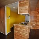 松とナラの木肌の美しさとやさしい風合いの空間での至福のひと時の写真 キッチン