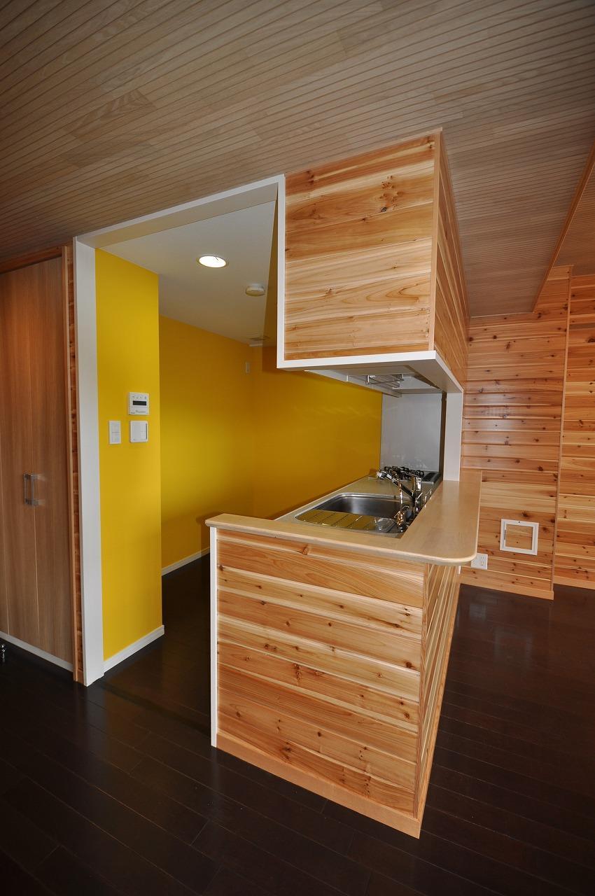 松とナラの木肌の美しさとやさしい風合いの空間での至福のひと時 (キッチン)