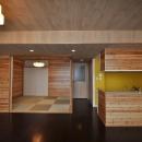松とナラの木肌の美しさとやさしい風合いの空間での至福のひと時の写真 和室とキッチンを眺める