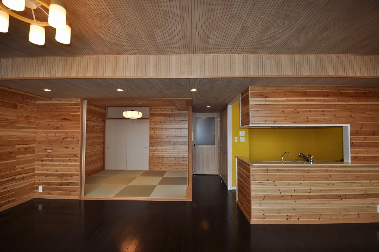 キッチン事例:和室とキッチンを眺める(松とナラの木肌の美しさとやさしい風合いの空間での至福のひと時)