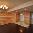松とナラの木肌の美しさとやさしい風合いの空間での至福のひと時の写真 リビングと和室