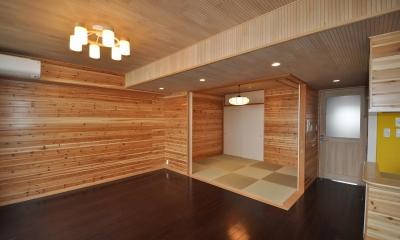 松とナラの木肌の美しさとやさしい風合いの空間での至福のひと時 (リビングと和室)