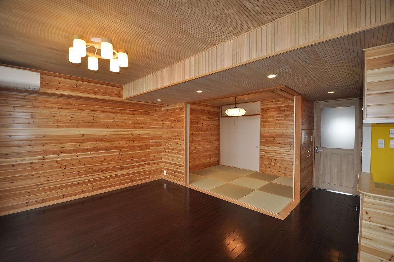 リビングダイニング事例:リビングと和室(松とナラの木肌の美しさとやさしい風合いの空間での至福のひと時)