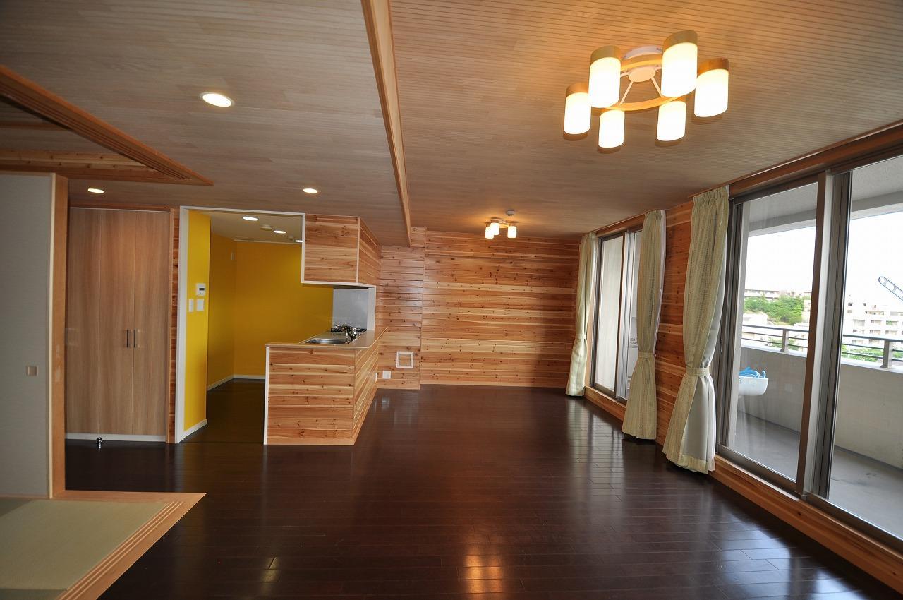 リビングダイニング事例:開放的なリビング(松とナラの木肌の美しさとやさしい風合いの空間での至福のひと時)