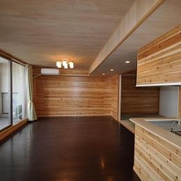 松とナラの木肌の美しさとやさしい風合いの空間での至福のひと時 (リビングダイニング)