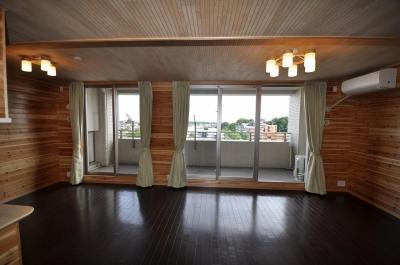 松とナラの木肌の美しさとやさしい風合いの空間での至福のひと時 (リビングからベランダを眺める)