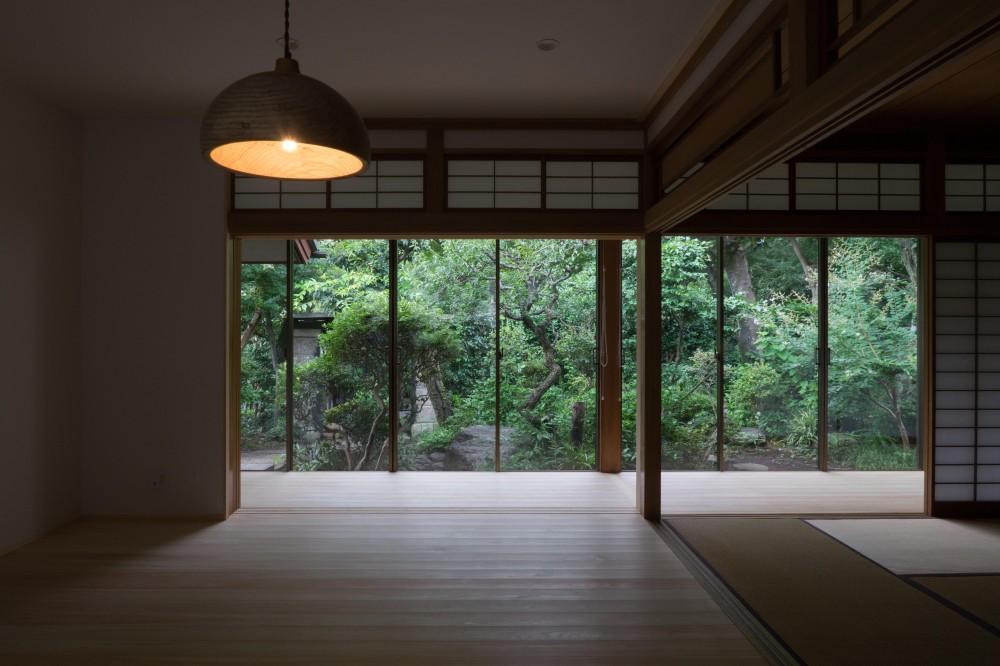 居間 (『武蔵境の家』 日本家屋と庭を生かした家族が集う空間へのリノベーション)