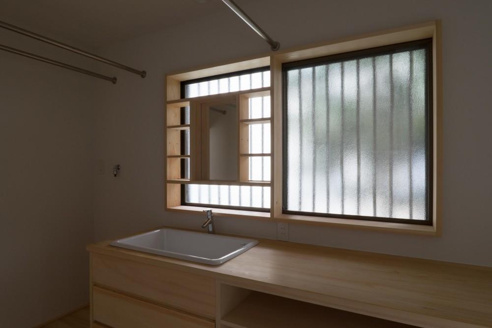 『武蔵境の家』 日本家屋と庭を生かした家族が集う空間へのリノベーション (洗面脱衣兼家事室)