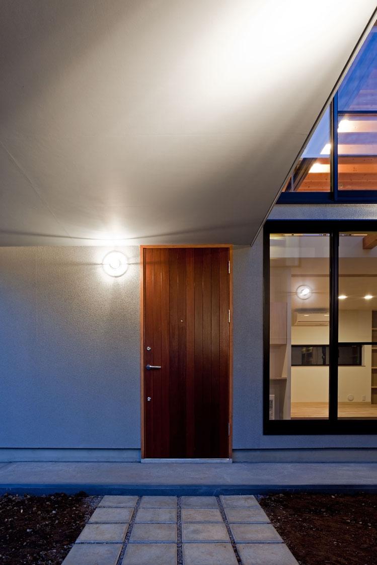 まわる家/愛犬目線でつくる家の部屋 コンクリート平板を敷いた玄関アプローチ