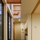 まわる家/愛犬目線でつくる家の写真 玄関の土間空間.2階から愛犬がお迎えしてくれます.