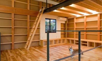 まわる家/愛犬目線でつくる家 (2階リビング全景.(右側)吹き抜けがあり1階とつながる.)
