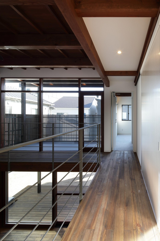本町の家(H邸) (2階廊下より吹抜けを介し庭側を見る)