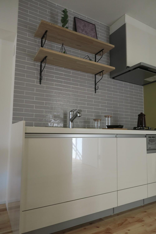 天然無垢フローリングと造作木棚、木の温もり感じる家 (キッチン)