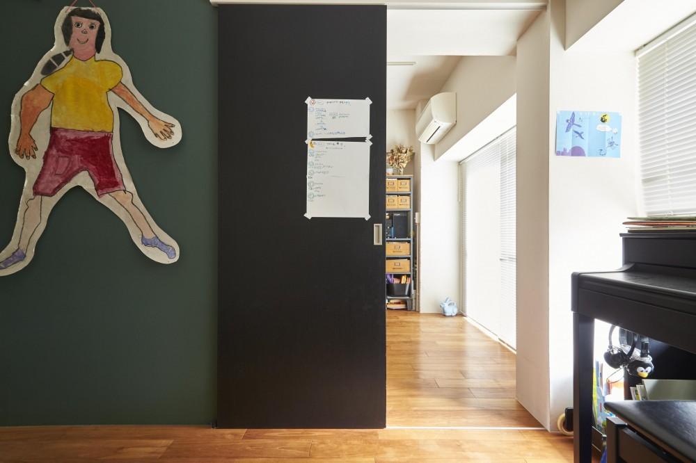 LISSE-家具選びと配置がポイント。物が多くてもリラックスできる空間 (寝室から見るリビング)