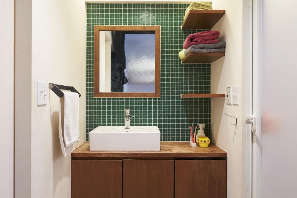 LISSE-家具選びと配置がポイント。物が多くてもリラックスできる空間 (洗面所)