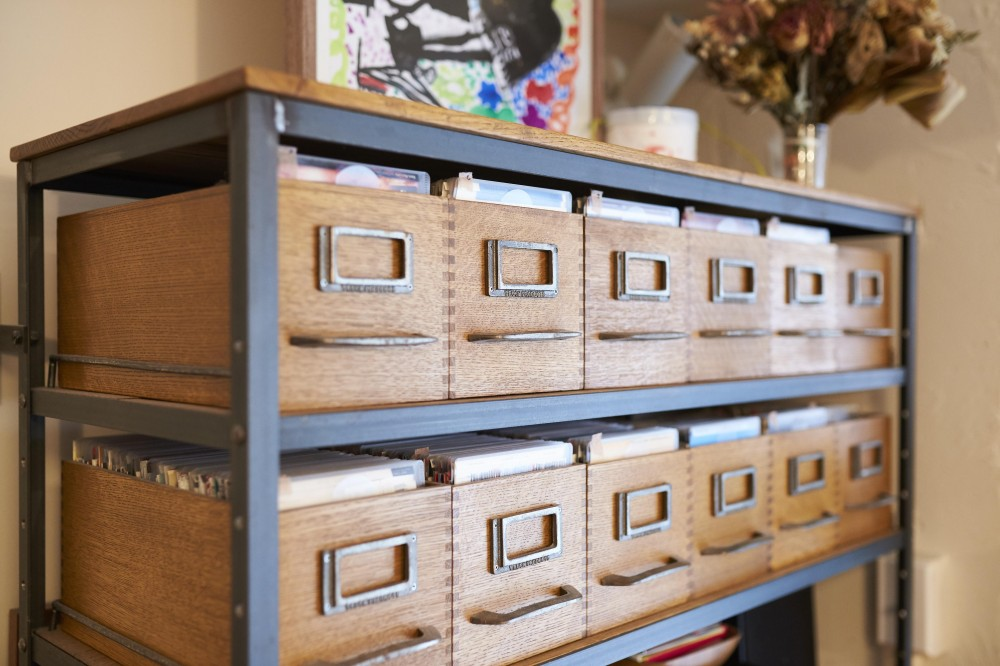 LISSE-家具選びと配置がポイント。物が多くてもリラックスできる空間 (可動式棚)