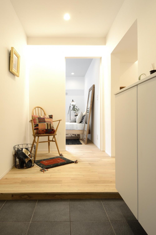 無駄のない動線計画でデザインと暮らしやすさをかなえた単身女性リノベーション (玄関)