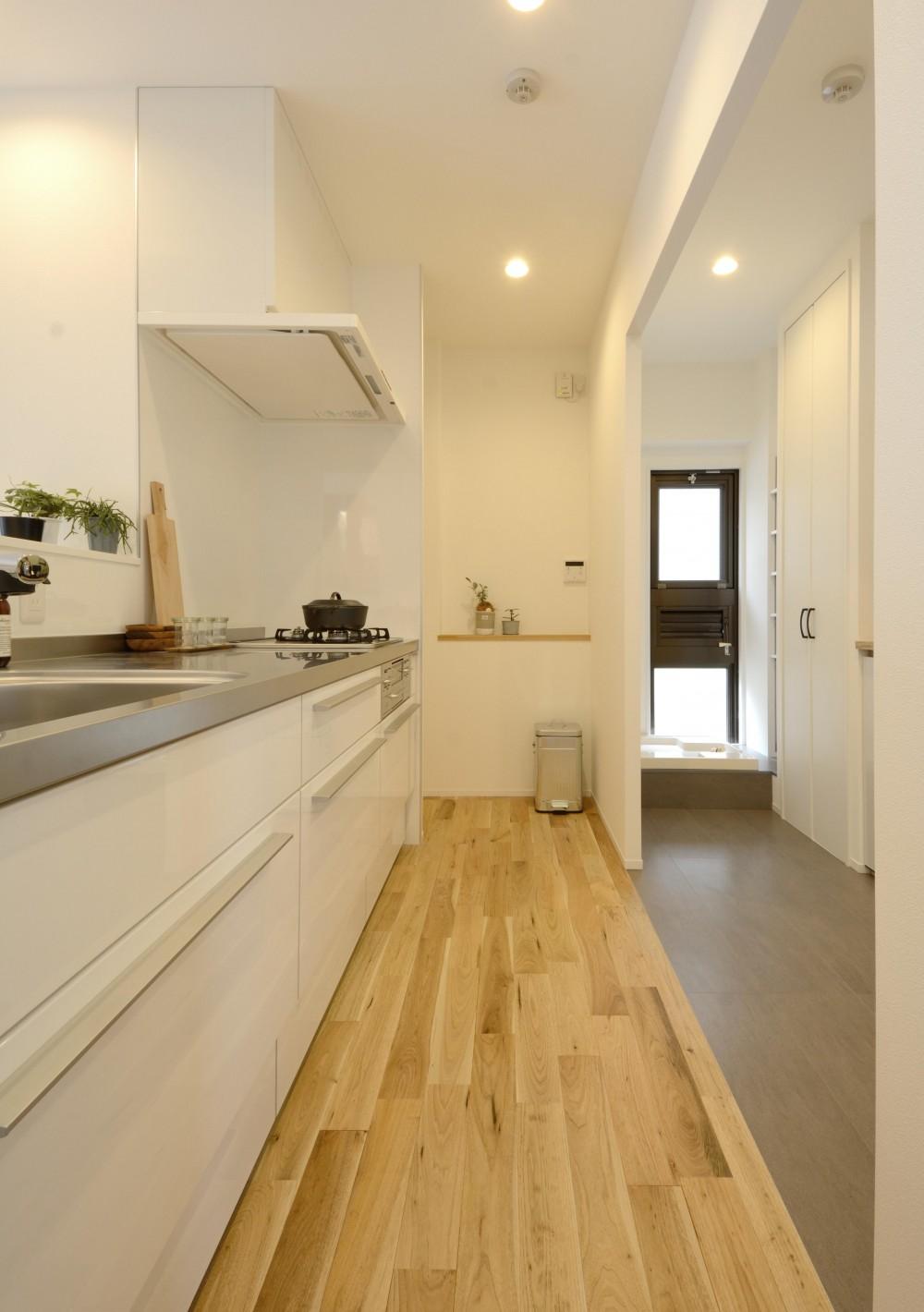 無駄のない動線計画でデザインと暮らしやすさをかなえた単身女性リノベーション (キッチン)