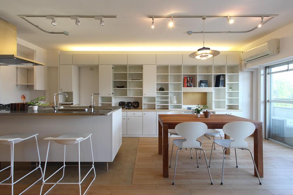 家族がゆるやかに繋がる畳の小上がりがある家 (ダイニング・キッチン)