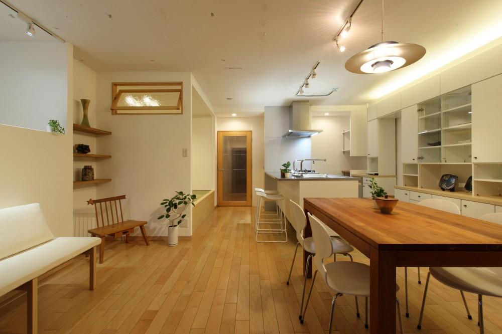 家族がゆるやかに繋がる畳の小上がりがある家 (リビング・ダイニング)