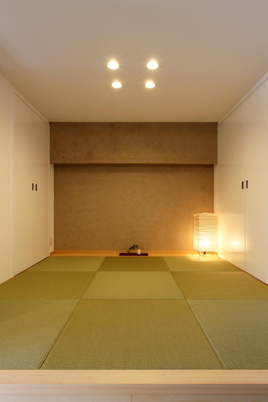 家族がゆるやかに繋がる畳の小上がりがある家 (和室)